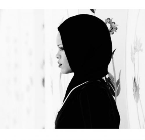 Rihanna posa col velo, scatti da Abu Dhabi