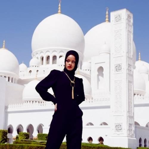 Abu Dhabi, Rihanna allontanata dalla moschea