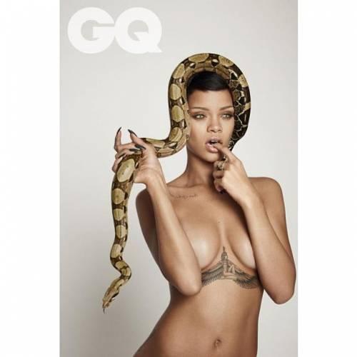 Sexy e scandalosa, Rihanna nuda tra due pitoni
