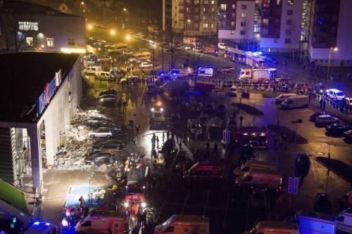 Crolla il tetto del supermercato Almeno 43 morti in Lettonia