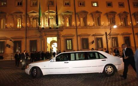 Affittano limousine per addio celibato: suv le travolge
