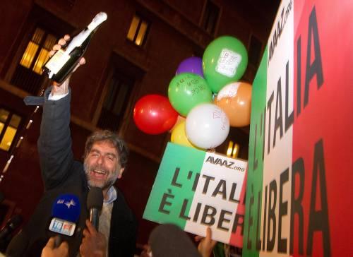 """Tra brindisi, insulti, sfottò gli anti Cav festeggiano: """"Ora tocca a tutti gli altri"""""""