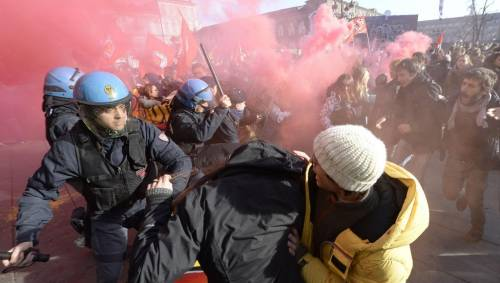 Gli antagonisti in piazza. Scontri a Torino e Venezia, arrestato leader di Casapound