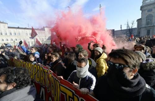 Scontri a Torino, la polizia carica