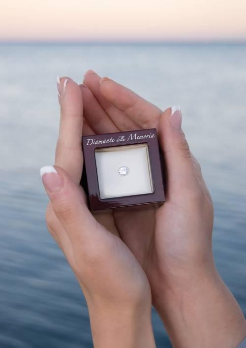 Treviso, uomo si fa fare un diamante con le ceneri del figlio ventenne morto