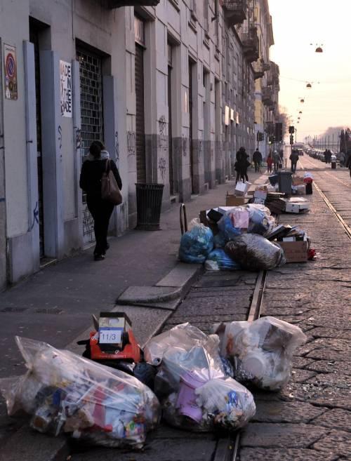 Milano come Napoli: i rifiuti in strada