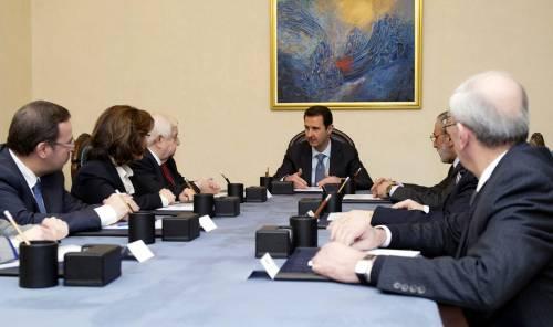 Bashar al-Assad con la delegazione siriana che andrà a Ginevra
