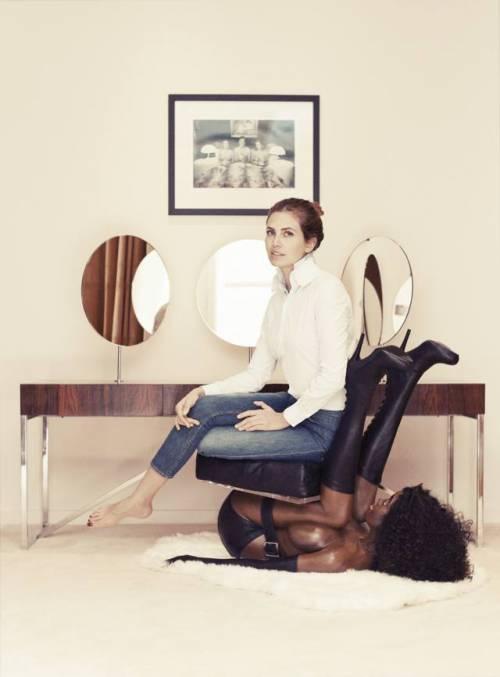 Dasha Zhukova e lo sgabello a forma di bambola nera: l'indignazione del web