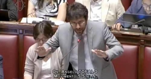 """Il grillino che fa il fascista Urla """"Boia chi molla"""" mentre parla la Boldrini"""