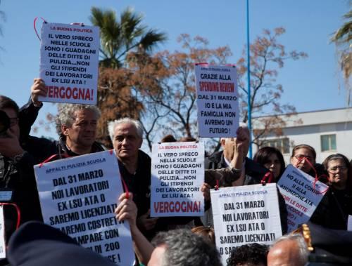 La contestazione a Matteo Renzi davanti alla scuola di Scalea