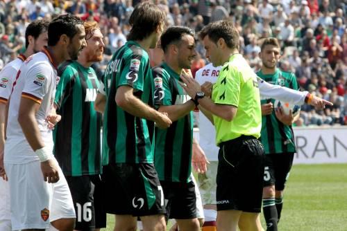 L'arbitro Rizzoli prima assegna il rigore in favore del Sassuolo in campo con la Roma e poi ci ripensa