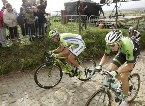 """Cancellara, tris nel """"Fiandre"""" della paura: tifosa  investita, in coma"""