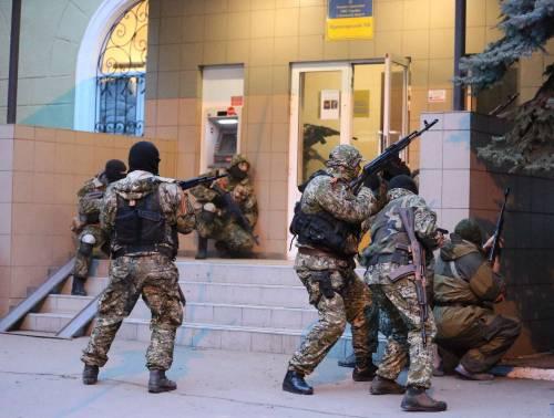 Filorussi armati in azione a Donetsk