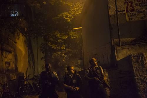 Rio, la polizia uccide un balleri: la favela brucia