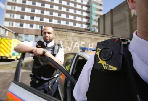 Un poliziotto con una telecamera sulla divisa