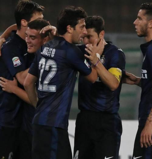 Milito abbraccia Zanetti: la storia dell'Inter