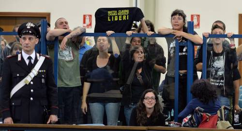 Manifestanti No Tav all'interno dell'aula bunker delle Vallette