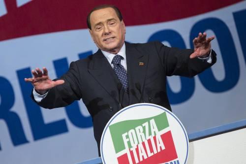 """Il Cav inciampa sul palco e scherza: """"Colpa della sinistra"""""""