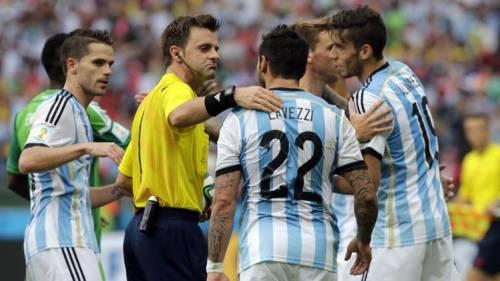 Rizzoli dialoga con Lavezzi nel match tra Argentina e Nigeria