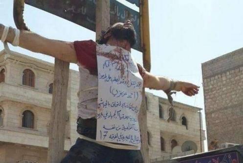 I terroristi dell'Isis crocifiggono i nemici