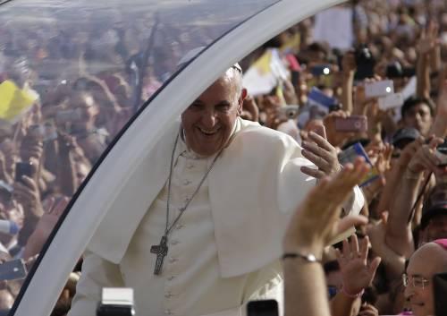 """Il Papa visita Caserta. Davanti alla Terra dei Fuochi: """"Sfregio terribile"""""""