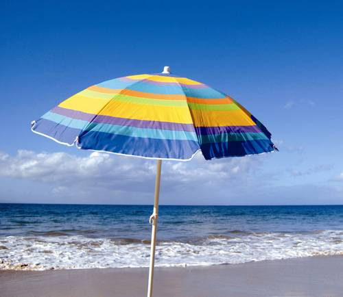 Sardegna, ombrellone trascinato dal vento infilza una turista