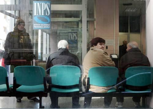 Pensionati in attesa in un ufficio dell'Inps
