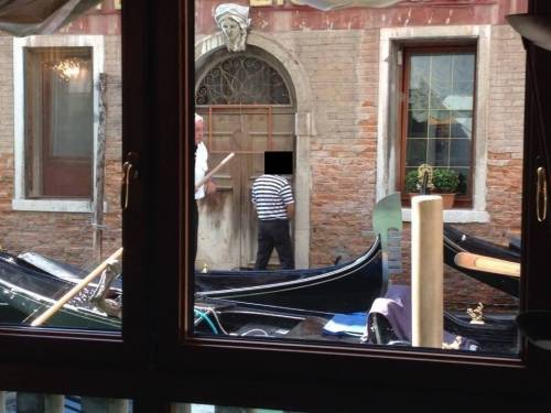 Venezia, il gondoliere che urina tra i canali