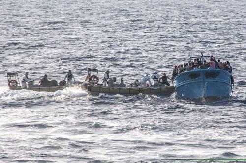 """Gli scafisti chiamano l'Italia: """"Partiamo, venite a prenderci"""""""