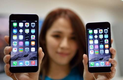 """La Francia indaga Apple per """"l'obsolescenza"""" degli iPhone"""