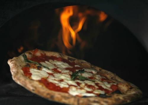 """La parola """"pizza"""" non è nata a Napoli"""
