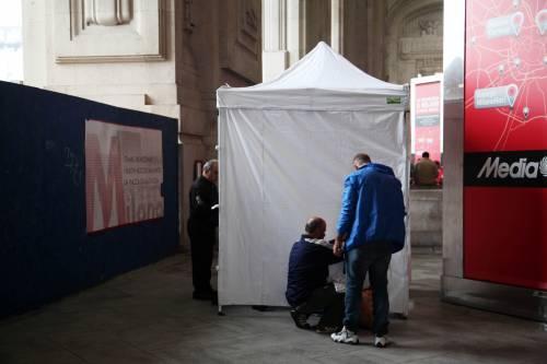 Milano, medici allo sbaraglio Visitano i profughi in tenda