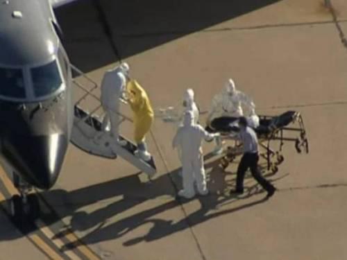 In giallo, l'infermiera contagiata da ebola; a destra l'uomo senza protezioni