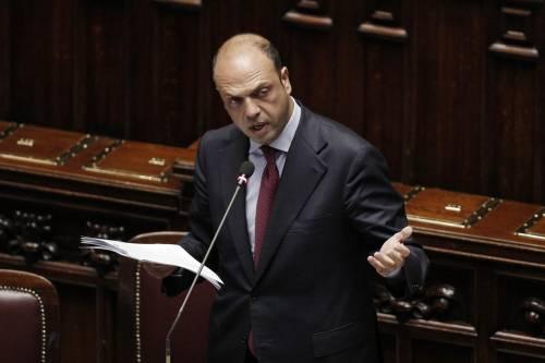 """Immigrati, Alfano fa retromarcia: """"Non possiamo accogliere tutti"""""""