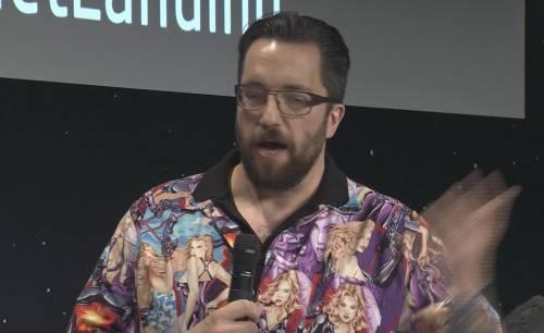 Camicia con le pin up: lo scienziato di Rosetta viene costretto alle scuse