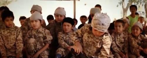 """""""Da grande sgozzerò gli infedeli"""". Ecco come l'Isis addestra i bambini"""