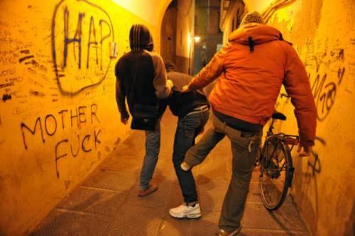 Modena, 12enne accerchiato e derubato da gang di giovani africani