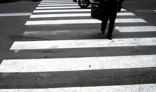 Roma, attraversa e viene investita: multata perché non era sulle strisce pedonali