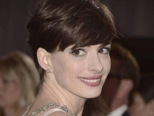 """Anne Hathaway abbandona la dieta vegana: """"Non mi faceva stare bene"""""""