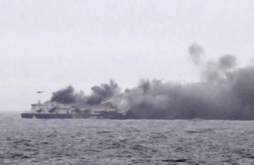 La colonna di fumo che sale dal traghetto in fiamme 5