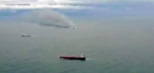 La colonna di fumo che sale dal traghetto in fiamme 3