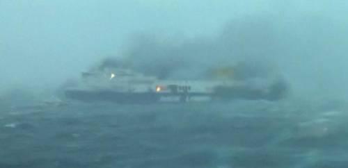 La colonna di fumo che sale dal traghetto in fiamme 2