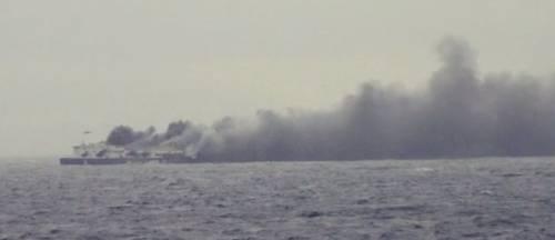 La colonna di fumo che sale dal traghetto in fiamme 6