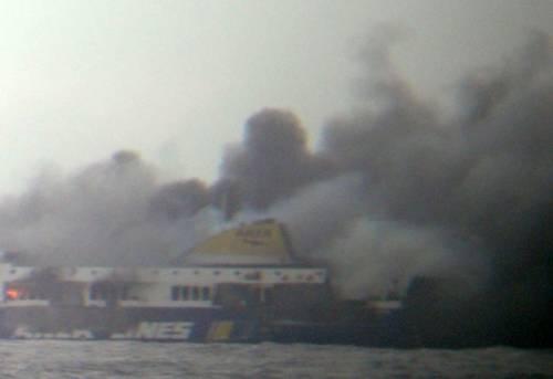 La colonna di fumo che sale dal traghetto in fiamme 1