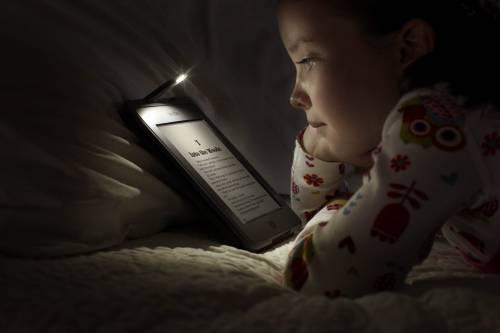 Leggi sul cellulare o tablet prima di dormire? Ti giochi la salute