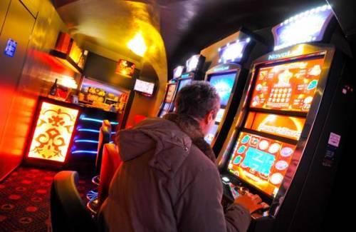 Un fiume di denaro ingoiato dalle macchinette: tutti i numeri sulla ludopatia