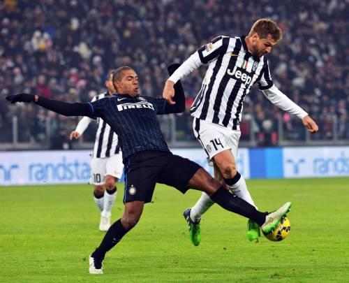 Palla contesa tra Fernando Llorente e Juan Jesus durante Inter-Juventus