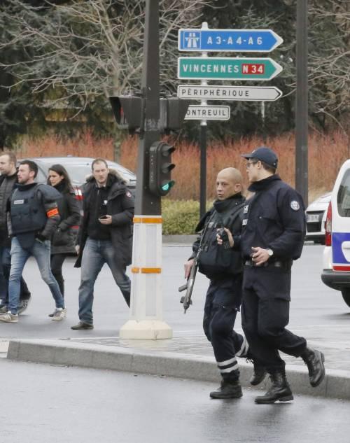 Poliziotti nell'area del negozio kosher teatro di un sequestro a Parigi