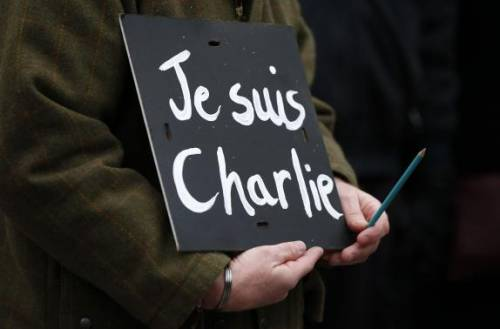 Sostiene Charlie Hebdo nel suo bar, viene minacciato di morte