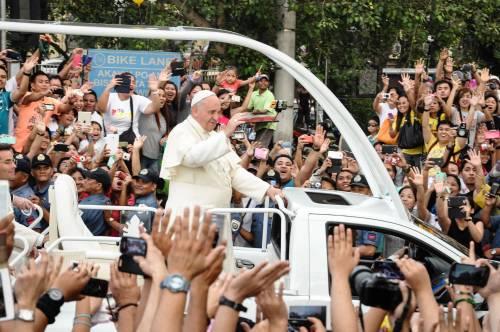 """Filippine, il Papa incontra i bambini di strada. Ma alcuni sono stati """"nascosti"""" nelle celle"""